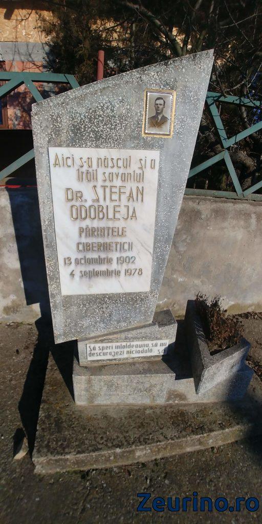 Placa comemorativă Ștefan Odobleja, din satul ce astăzi îi poartă numele.