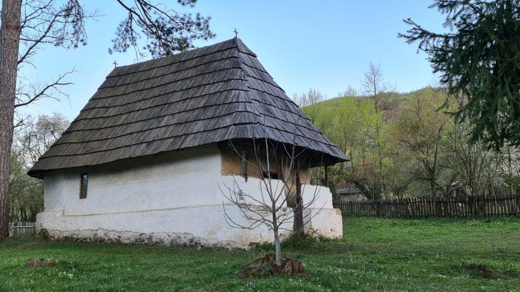 Biserica de lemn Sfinții Voievozi - Isverna